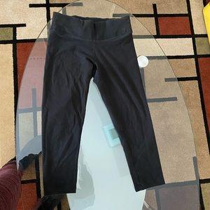 Black cropped yoga leggings